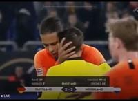Megható jelenet: a holland focista vigasztalta a román bírót a meccs végén