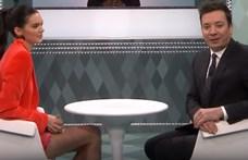 Rubik-kockát próbált megenni Kendall Jenner, mindjárt egy telefon után