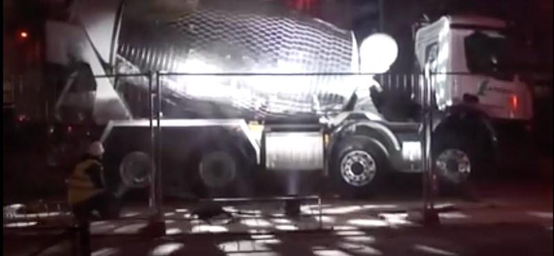A diszkógömbbé alakított betonkeverőnél nem lesz boldogítóbb dolog ma már – videó