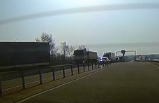 Főúton tolató kamiont fogtak a rendőrök, nem múlt sokon a tragédia – videó