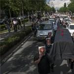 Fotó: fekete koporsót visznek a taxisok az Andrássy úton