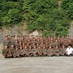 Fotók: rakétakilövést nézett, cigizett, és törökülésben ült Kim Dzsong Un
