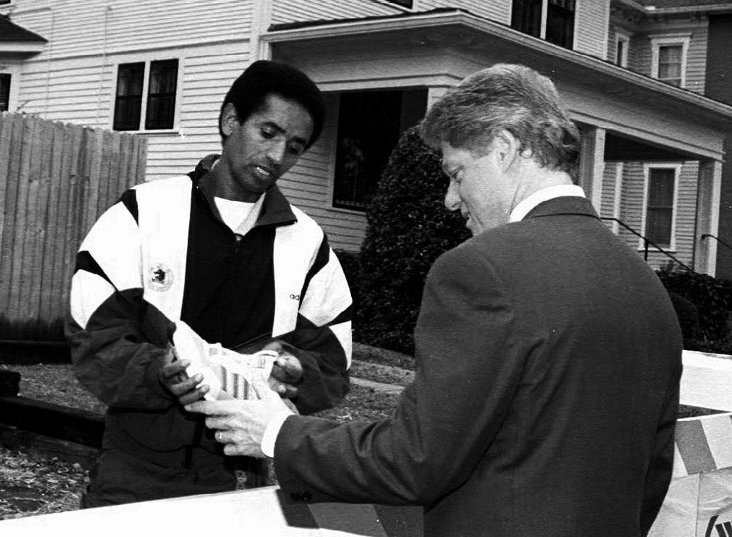 1992.12.07. - Bill Clinton cipőt kap az etióp Arega Abraha futótól - CLNTNAGY
