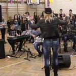 """""""Mindenki"""" Gyönkön: a gyerekkórus egy legendás magyar rockdalt énekel"""