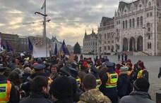 Lökdösődésben végződött a tüntetés, a Kossuth térre nyomulnak a demonstrálók