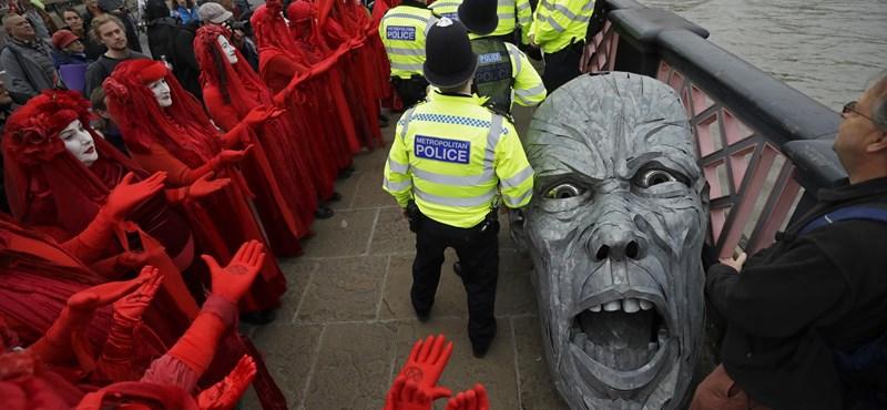 Londonban és Amszterdamban több tucat klímatüntetőt állítottak elő
