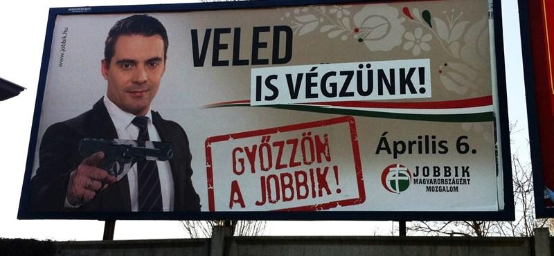 A Jobbik szerint a Hit Gyülekezete rajzolja a Hitler-bajuszt a plakátjaikra