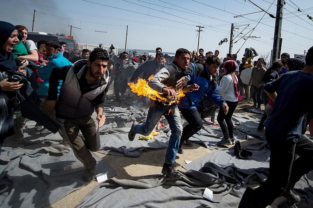 afp.16.03.22. - Idomeni, Görögország: felgyújtotta magát egy férfi a menekülttáborban - menekült, bevándorló, bevándorlás, migráns