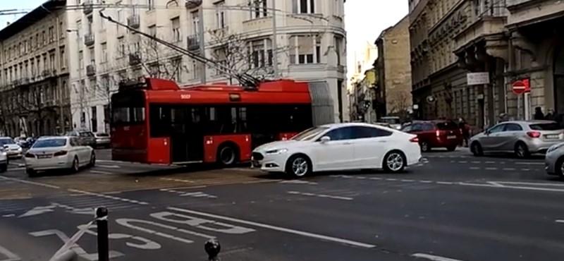 Kész tragédia, amit a trolik művelnek a Bajcsy-Zsilinszky út közepén – videó