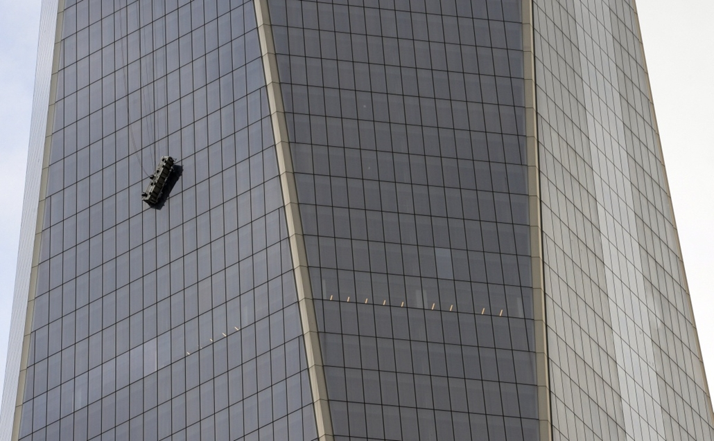 afp. hét képei - New York, Egyesült Államok 2014.11.12. Stranded window washers hang from scaffolding on the side of One World Trade Center in New York November 12, 2014. The pair were rescued at the new World Trade Center Wednesday after the cable secure