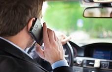 Egy hónapra ugorhat a jogsi, ha vezetés közbeni mobilozáson kapnak a szomszédban