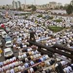 Fotó: közös ima és fegyveres őrök a ramadán végét jelző ünnepségen