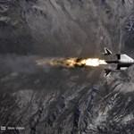 Videón, ahogy a Virgin Galactic pilótáit kilövik a hordozórakétáról az űrben