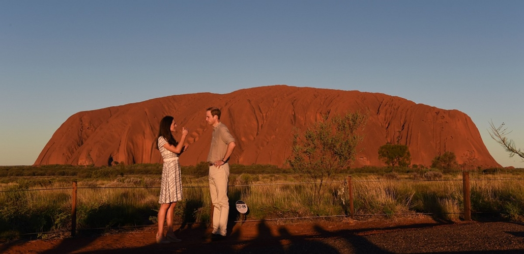 afp. hét képei - Katalin hercegnő, Vilmos herceg Ausztráliában 2014.04.22. Britain's Prince William (R) and his wife Catherine, the Duchess of Cambridge, stand in front of Uluru in the Northern Territory on April 22, 2014.  Britain's Prince William, his w
