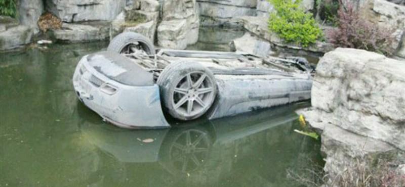 Tetejére borulva, vízben landolt egy Mercedes SLS AMG - fotók