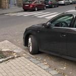 A nap fotója: ha sehol sincs hely, parkolj a kereszteződésben
