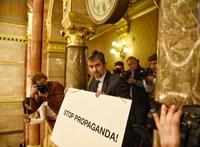 Kövér kétmillió forintra büntette Hadházyt a táblalógatásért