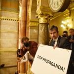 Stop propaganda! Megint táblával akciózott Hadházy a parlamentben – videó