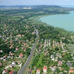 Felborult egy vitorlás a Balatonon, három ember vízbe esett