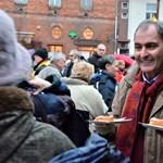 Almát osztogatott az időseknek a Fidesz miskolci jelöltje
