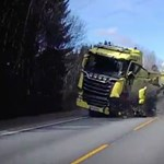 Szemből érkező kamionnal ütközött a Volvo, mégis megmenekült a sofőr – videó