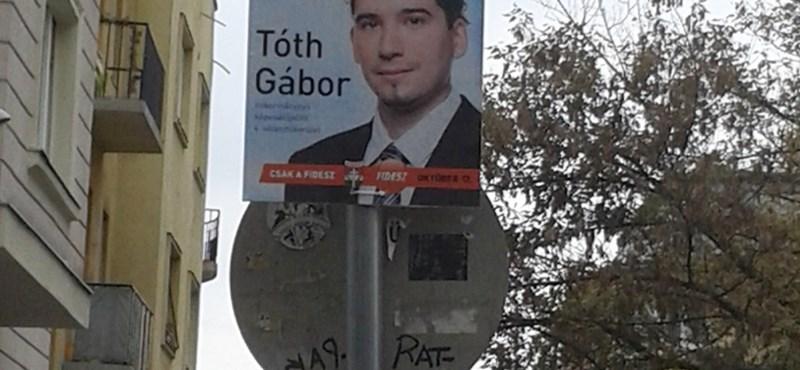 Mehet-e a mackósajtos tábla hátuljára választási plakát? - képpel