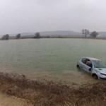 Ilyen belülről, amikor autóval borulnak a folyóba – videó
