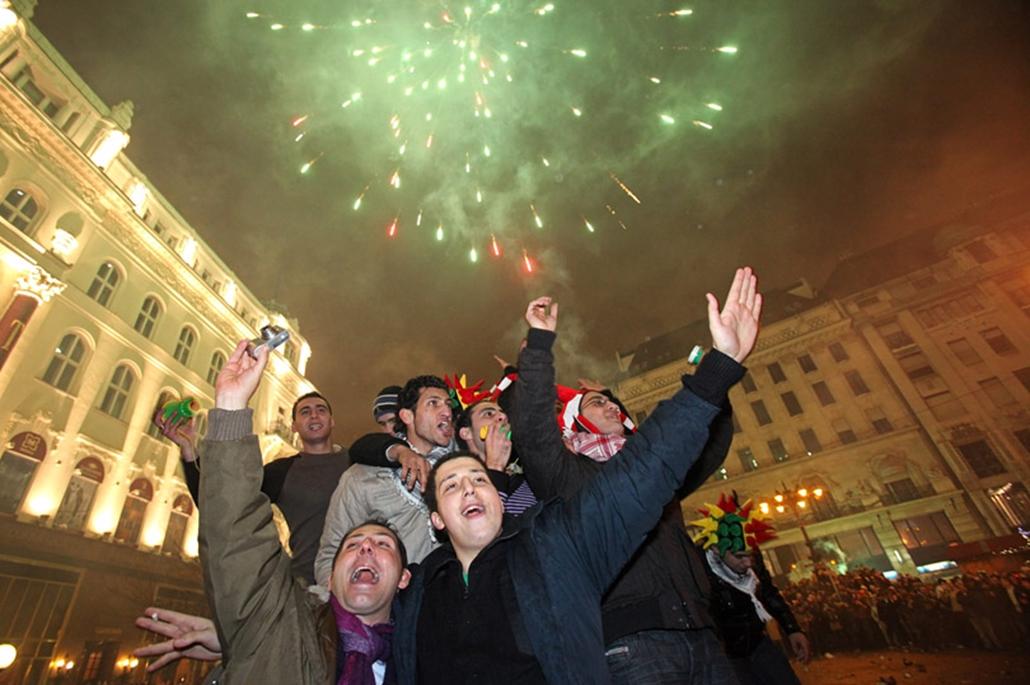 Ünneplők a budapesti Vörösmarty téren.