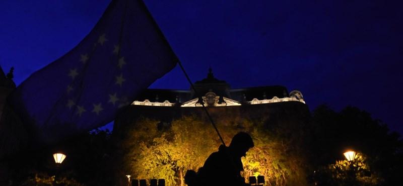 Éjfélre az Oktogont és a Deák teret is tüntetők vették birtokba