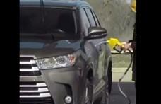 A frászt hozta egy autósra egy nő, aki mintha benzinnel kezdett volna kocsit mosni