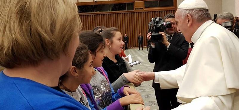 A pápával találkozott L. Ritók Nóra és három igazgyöngyös kislány