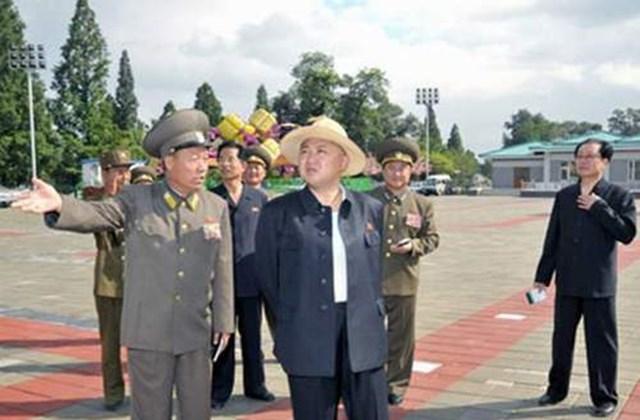 Kim Dzsong Un szalmakalapban, kigombolva