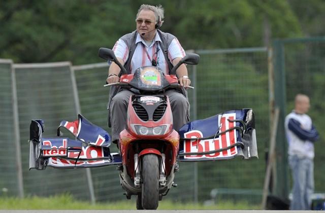 Webber leszakadt szárnyát szállítják motorral