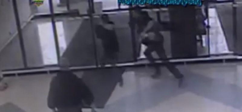 Fotocellás ajtó kapcsolta le a szalámitolvajt – videó