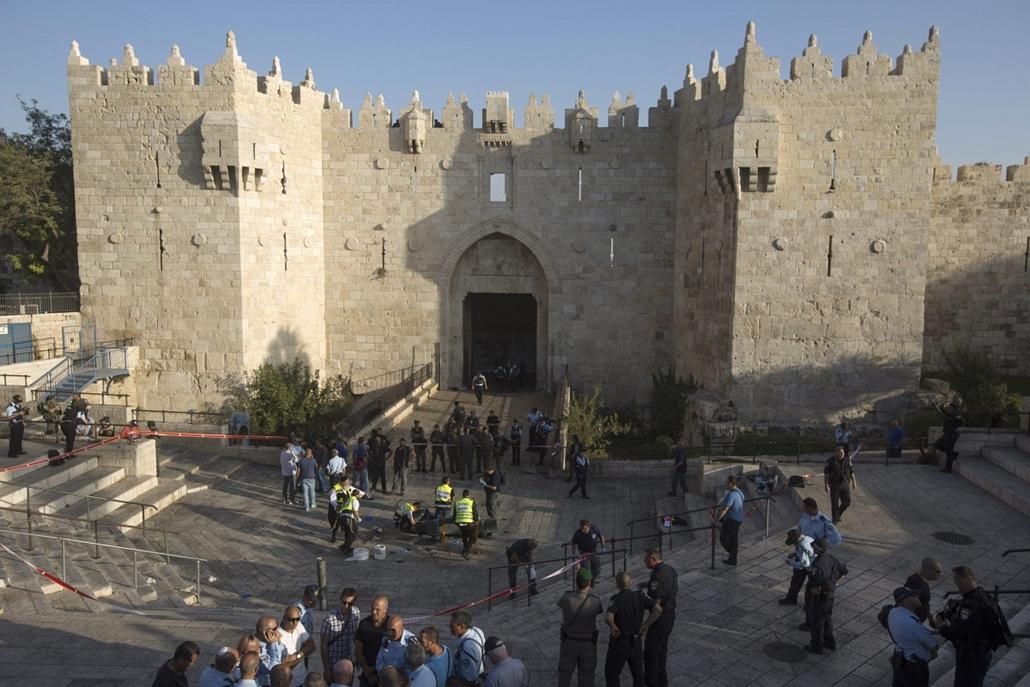 epa. Újabb merényletek Jeruzsálemben 2015.10.14. Izraeli rendőrök egy lelőtt palesztin merénylő holtteste mellett Jeruzsálemben óvárosában 2015. október 14-én. A férfi megpróbált leszúrni egy embert az óvárosban lévő Damaszkuszi kapunál.