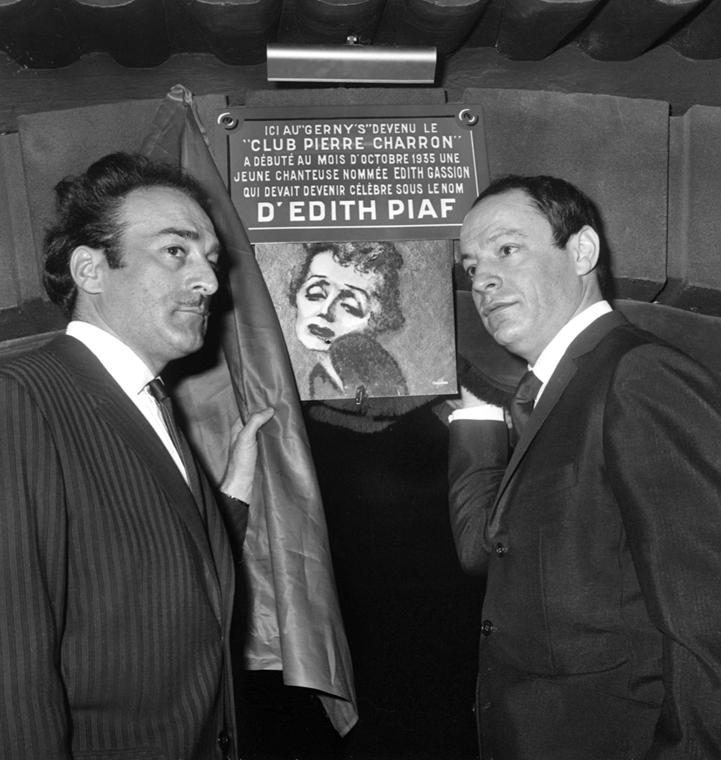 1966. február 8. - Párizs, Franciaország: Michel Rivegauche és Charles Dumont korábbi szövegírók és zeneszerzők az énekesnő emléktáblájának leleplezésekor a Pierre Charron Clubban. - Edith Piaf