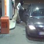 Lopott rendszámú autóba, fizetés nélkül tankolt egy nő – videó