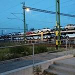 A nap fotója: Suzukikkal teli vasúti szerelvény tesz keresztbe a gyalogosoknak