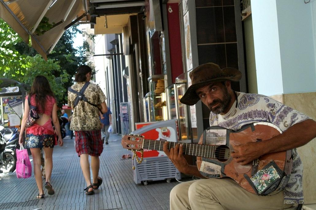a zene világnapja nagyítás - Görögország - utcai zenész Thessaloniki mellett