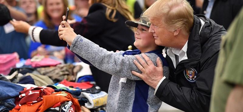 Donald Trump Bibliákat dedikált