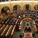 Ma megfúrhatják az ellenzéki pártok a Fidesz kétharmados plakáttörvényét