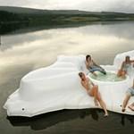 Úszó lakatlan szigetecske, matracból