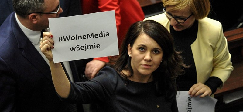 Négy hét után most ért véget az ellenzéki ülősztrájk a varsói parlamentben