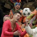 Megtanították a pápát mutatóujjon labdát pörgetni (fotók)