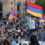 Utakat zártak le az örmény ellenzéki tüntetők, nagy a dugó a reptérre vezető úton