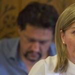 Az eladót a miniszter felügyeli, a vevőt a miniszter férje irányítja a nagy gáztározóüzletben