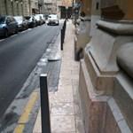 Elbontották az oszlopot a Reáltanoda utcai szuperkarcsú járdáról