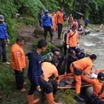 Szakadékba zuhant egy busz Indonéziában, 25 halott