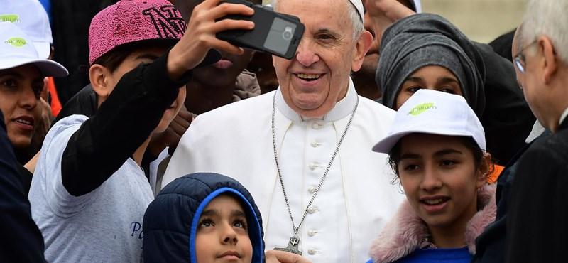 Ferenc pápa: A menekültek a globális társadalom összes kirekesztettjének jelképei