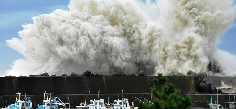 Hatalmas hullámokkal ért partot a Roke tájfun Japánban – fotógaléria